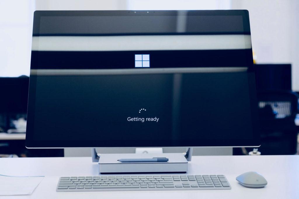ordenador con pantalla inicio Windows