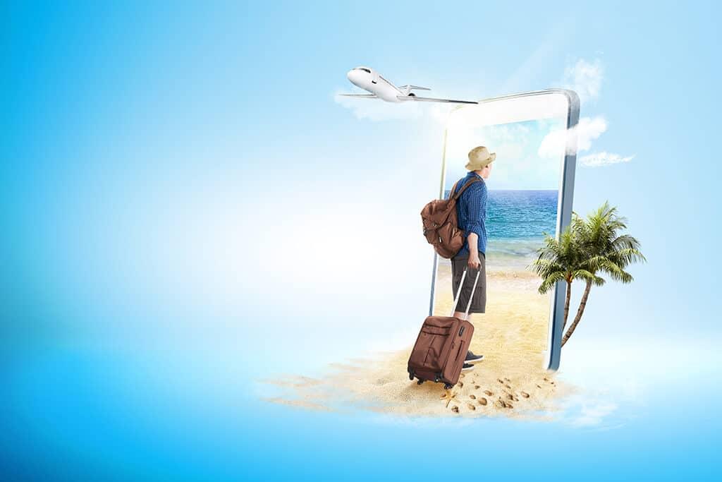 redes sociales en verano. Hombre vestido de vacaciones con maleta entrando en pantalla teléfono móvil