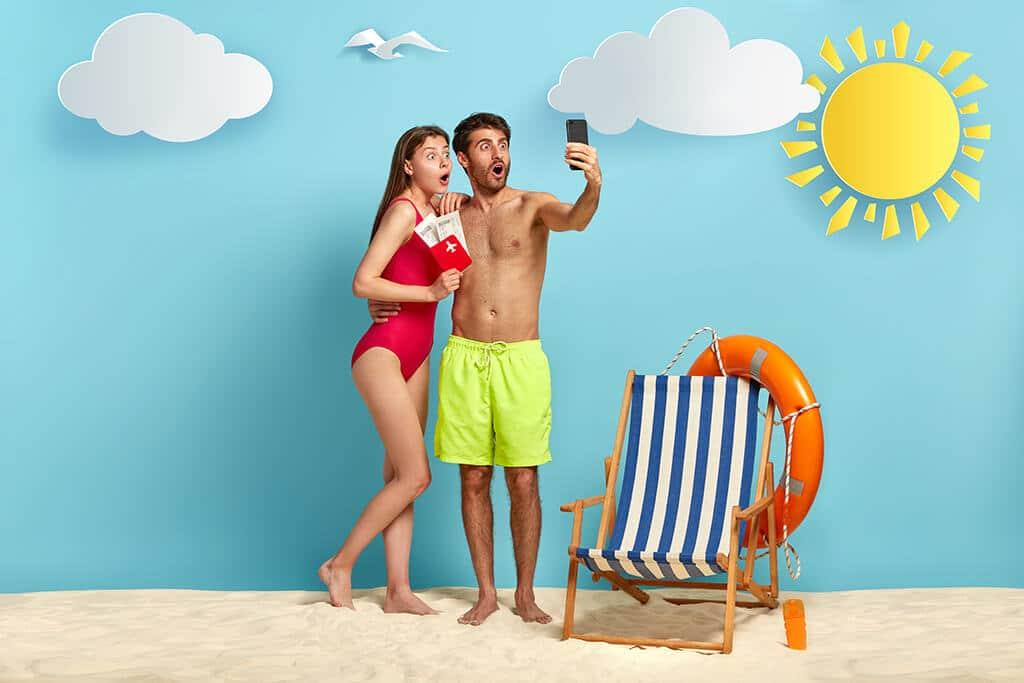 pareja con un smartphone, dispositivos en verano